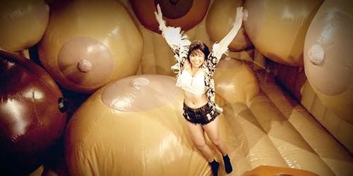 Museum Seks New York Sajikan Istana Balon Berbentuk Payudara