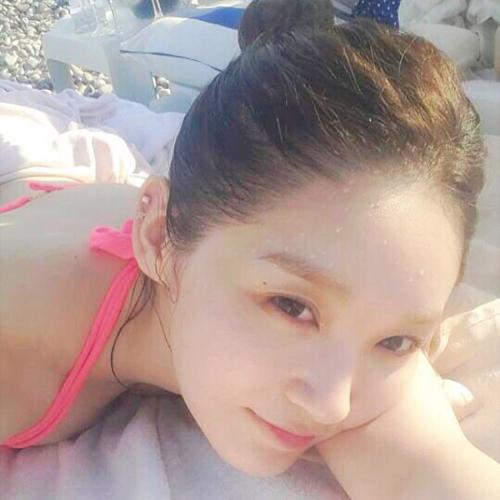 Kang Min Kyung di atas pasir pantai