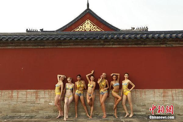 Pose Seksi Kontestan World Bikini 2014 di Tembok Besar China dan Kuil Surga