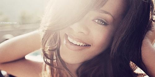 Foto Rihanna Setengah Bugil Sambil Tutupi 'Aset' Pribadinya