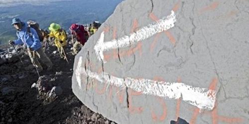 Jepang Geram dengan Grafiti 'INDONESIA' di Gunung Fuji