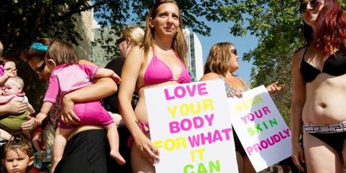 Aksi Wanita Berbikini Dukung Ibu-ibu Gemuk