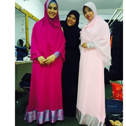 Dewi Perssik memakai jilbab syar'i