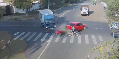 Video Pria Rusia Selamat Usai Ditabrak Truk dan Sedan