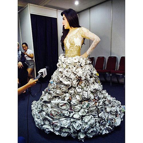 Gaun Syahrini dari koran