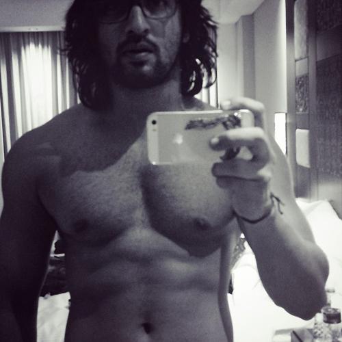 Shaheer Sheikh telanjang dada selfie