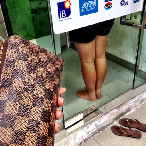 Farah Quinn unggah foto wanita copot sandal di ATM