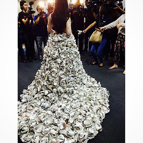 Gaun koran Syahrini tampak belakang