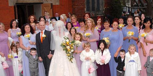 Pernikahan Spesial, Jayne Lawrence Menikah Ditemani 44 Pendamping Pengantin
