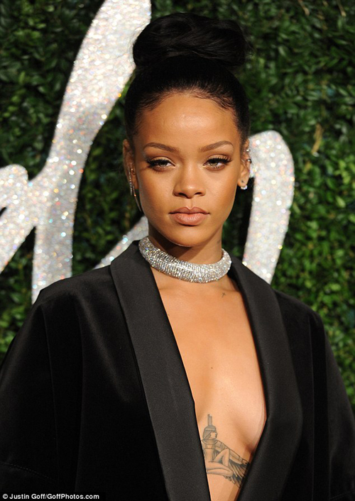 Rihanna Pamer Belahan Dada Seksi di British Fashion 2014
