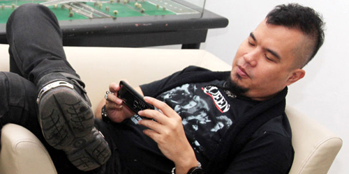 Ketinggalan Pesawat, Ahmad Dhani Salahkan Pilot Garuda