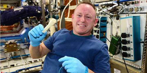 Astronot Cetak Kunci Inggris dari Printer 3D