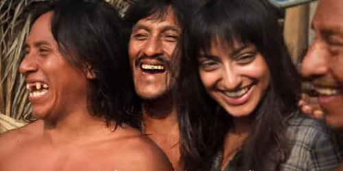 Sarah Begum di antara pria asli suku Amazon @dailymail.co.uk