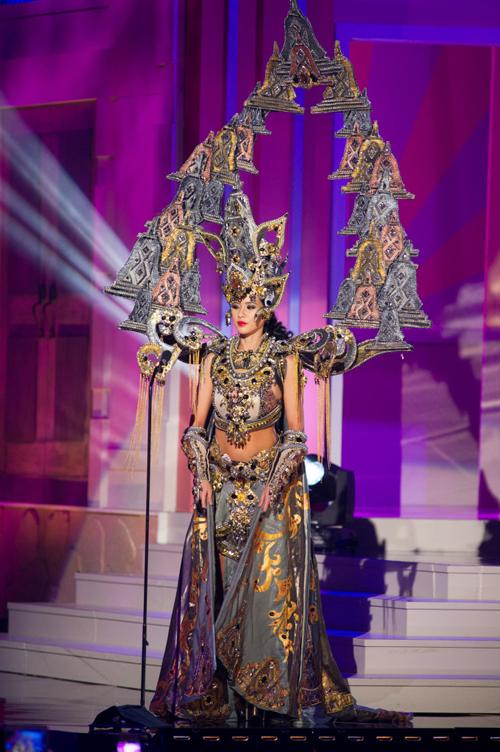 Elvira Devinamira menang Best National Costume di Miss Universe 2015 lewat Chronicle of Borobudur
