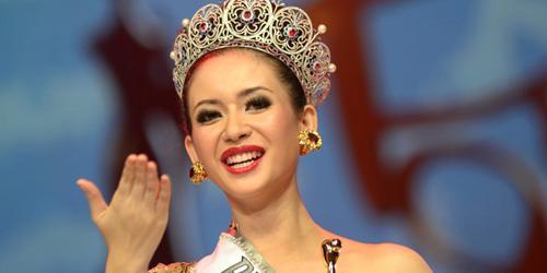 Elvira Devinamira Salah Ucapkan Salam di Miss Universe 2015