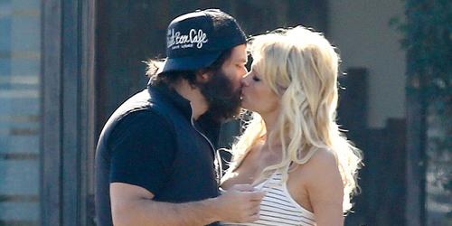 Foto Pamela Anderson Ciuman Mesra di Depan Umum