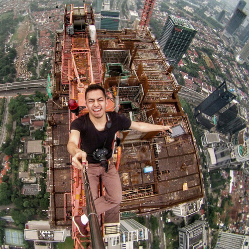 Arief Fandy selfie gila nekat di atas gedung pencakar langit