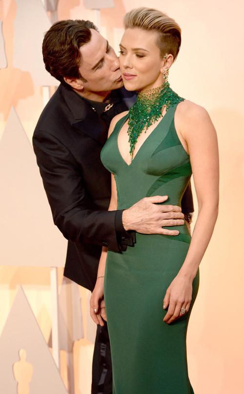 John Travolta Cium Mesra Scarlett Johansson di Oscar 2015