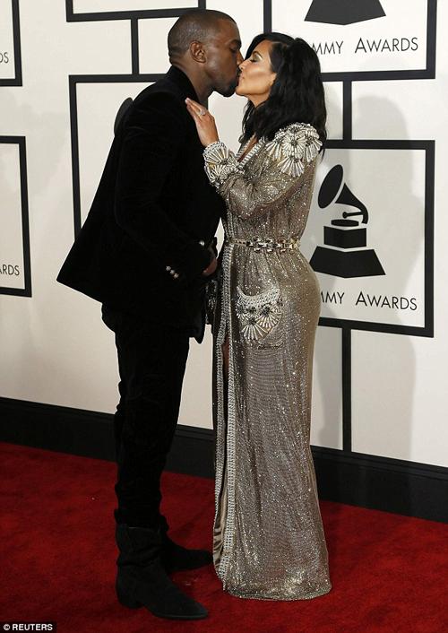 Kim Kardashian & Kanye West ciuman di grammy awards 2015
