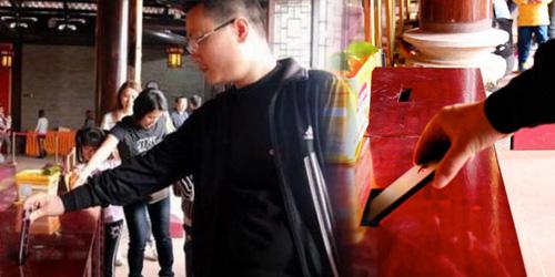Foto Dermawan Sumbangkan iPhone 6 ke Kotak Amal Kuil