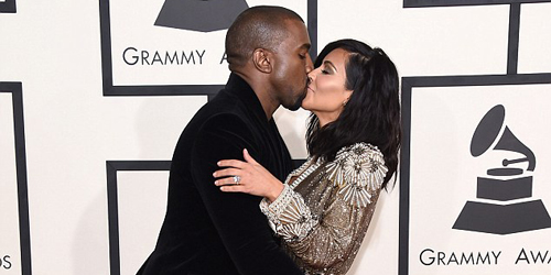 Kanye West Ciuman & Remas Bokong Kim Kardashian di Grammy Awards 2015