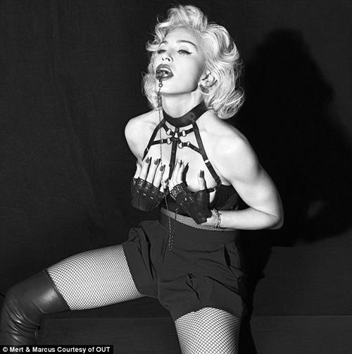 Madonna Pose Seksi dan Bela Hak Wanita di Out Magazine