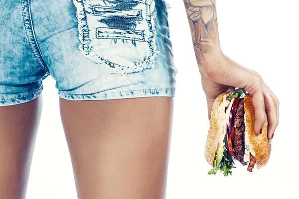 Burger Hot Buns: Pelayan Seksi Bonus Sex Toys dan Kondom