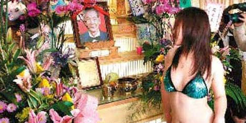 Ritual Kematian di Taiwan Diramaikan Dengan Penari Bugil