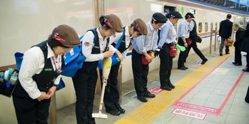 Aksi Mengagumkan Petugas Kebersihan Kereta Api Shinkansen