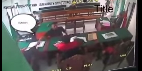 Aksi Oknum Brimob Tendang Muka Pencuri di Ruang Sidang