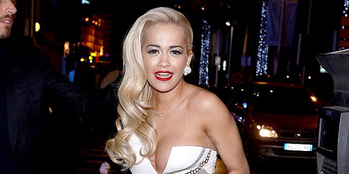 Terlalu Seksi, Rita Ora Pegangi Gaun Bagian Payudara