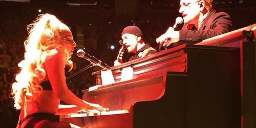 Lady Gaga Berbikini di Konser U2