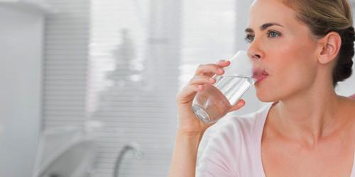 5 Khasiat Minum Air Putih Saat Bangun Tidur