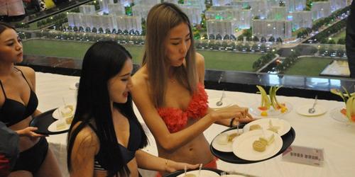 Mall Baru di China Suguhkan Model Cantik & Berbikini Saat Pembukaan