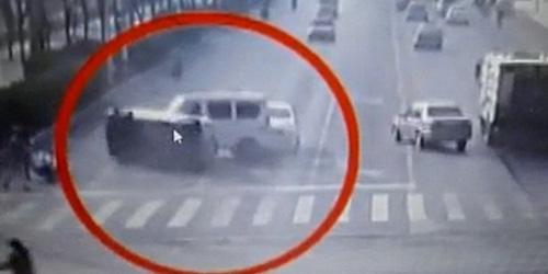 Misterius, Mobil ini Tiba-tiba Terbang Lalu Terlontar