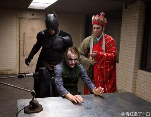 Si Biksu lagi ikutan menginterogasi siluman Joker