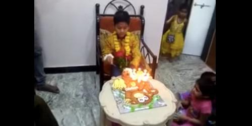 Lihat! Kepala Bocah Sedang Ultah Terbakar Lilin Kue Tart