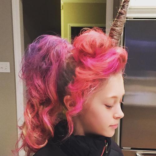 Rambut Model Unicorn atau bertanduk Dana Plummer @Instagram.com/beautyandverses