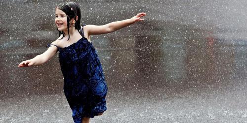 4 Manfaat Sehat Bermain Air Hujan