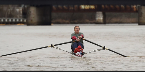 Bosan Macet, Kakek Mendayung Lewati Sungai Selama 15 Tahun