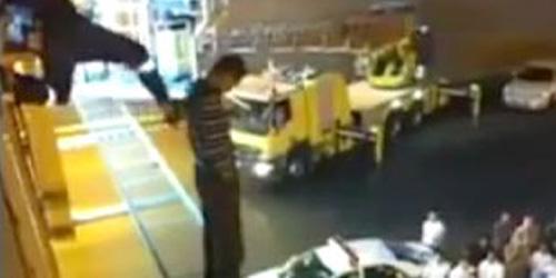 Video Petugas Damkar Tendang Pria yang Ingin Bunuh Diri