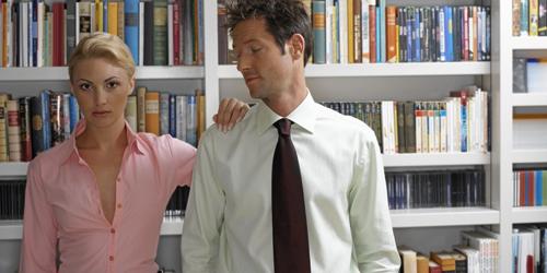 4 Alasan Pria Suka Pandang Belahan Dada