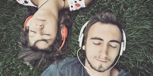 4 Manfaat Suka Dengarkan Lagu Barat