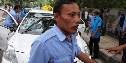 Demo Anarkis Sopir Taksi Makan Korban, Jalanan Macet Total