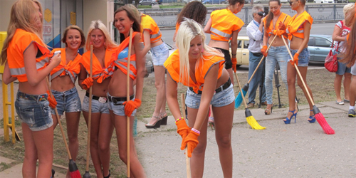 Foto: Wanita Seksi Warnai Suasana Kerja Bakti di Ukraina