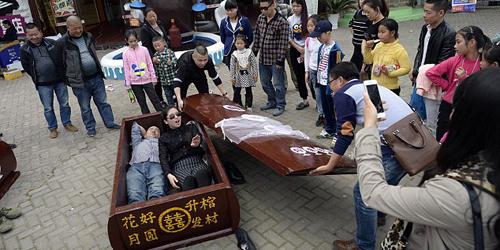 Ngeri, Tidur di Peti Mati Jadi Tren Baru di Tiongkok