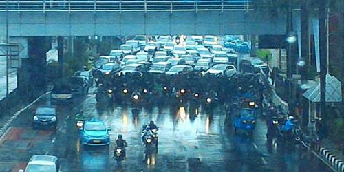 Pemotor Egois, Berteduh Massal di Bawah Jembatan Picu Kemacetan