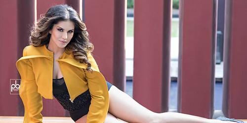 Sunny Leone Pamer Belahan Dada Seksi di Majalah Glam & Glaze