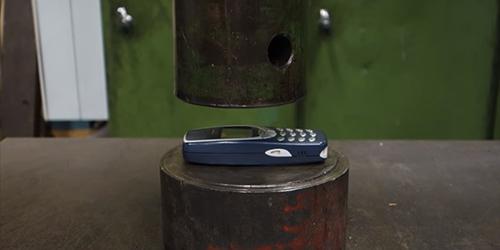 Uji Coba Ekstrem Nokia 3310 Ditekan Hidrolik, Hancur?