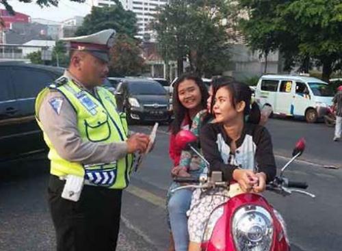 Senyum sambil menatap pak polisi
